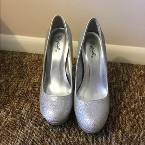 Qupid Shiny Silver Heels Size 6